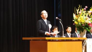 卒業証書・修了証書の授与、褒章授与の後は、 久門校長の式辞。