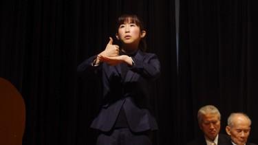 大舞台で堂々と手話の同時通訳を行います。
