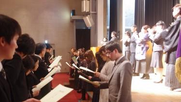 この「花は咲く」斉唱では、 社会福祉学科 手話通訳コース(壇上)・音楽療法コース(壇下)の 卒業生により手話歌を交えた歌唱・演奏も披露されました。