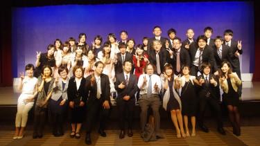 先生と学生みんなで記念撮影会 社会福祉士養成学科