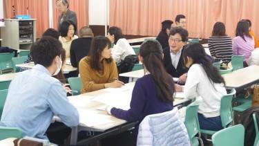 先生も順次グループに入って討議に参加します