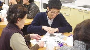 コースターパズルの解説をする学生
