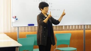 手話を交えて自己紹介する 手話通訳コースの小林先生(手話通訳士)