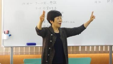 手話の説明をする小林先生