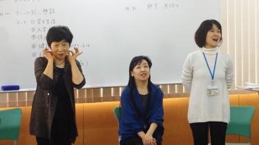 ゲームの説明をする平野先生(右・音楽療法士)と 小林先生(左)