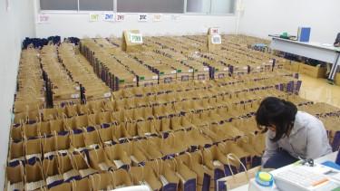 学科ごとに紙袋にセットされた教科書たち