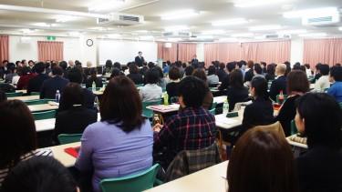 【開講式の様子】 大教室を埋め尽くす人数です!