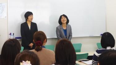 笑顔で新入生を迎える平野先生 (音楽療法士・社会福祉学科学科長) と有薗先生(手話通訳士)