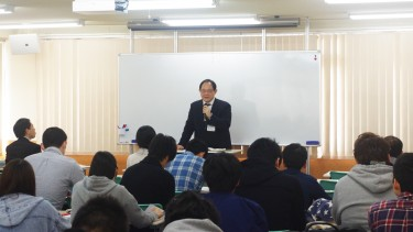 これから始まる授業や学校生活などについて説明する ソーシャル・ケア学科佐藤先生