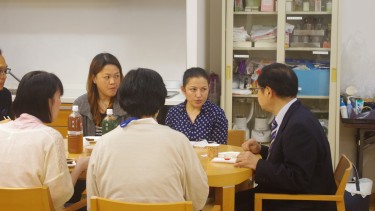 校長先生も留学生の話に熱心に耳を傾けます。
