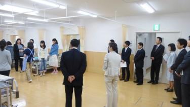 介護実習室で介護福祉学科の実技の授業を視察