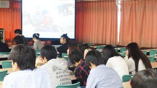 講義に集中する学生
