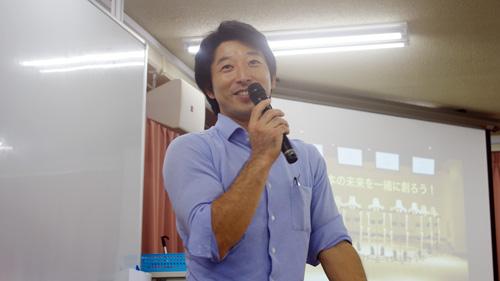 質問に笑顔で回答する久野先生
