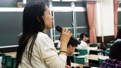 質問する学生