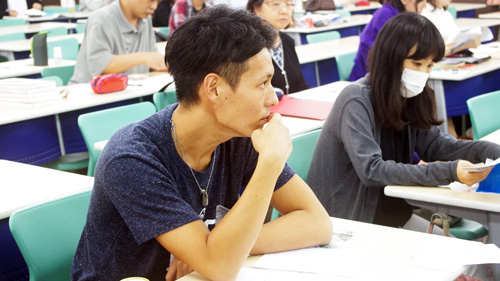 熱心に講義を聴く学生