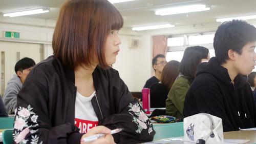 ノートをとりながら授業に集中しています!