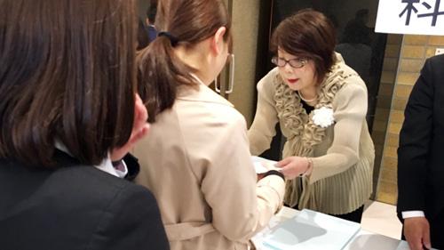 ソーシャル・ケア学科の金井先生も新入生をご案内します♪