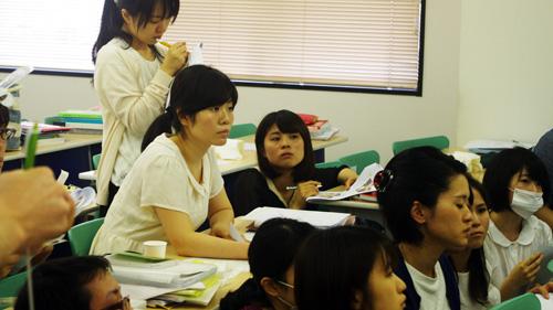 真剣な表情の学生
