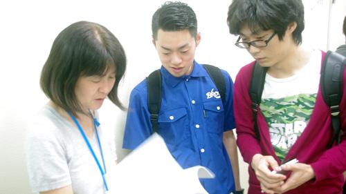 先生と一緒に参加企業リストを見る学生