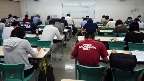 集中して試験に挑む学生