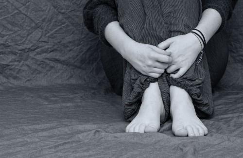 イメージ:膝を抱える女性