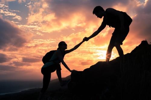 イメージ:山登りサポート手を引く
