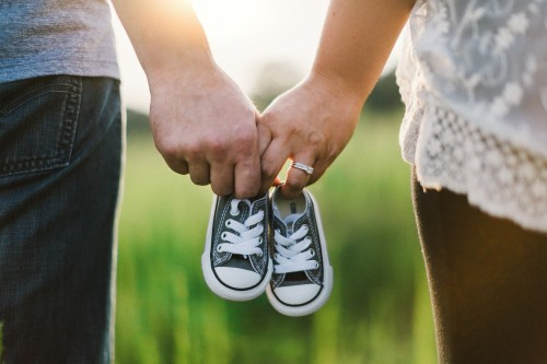 イメージ:幸せ男女と子供用の靴